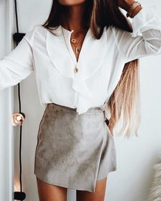 Ruffled shirt and suede skirt Mode Outfits, Fall Outfits, Casual Outfits, Fashion Outfits, Womens Fashion, Girl Fashion, Casual Clothes, 90s Fashion, Fashion Clothes