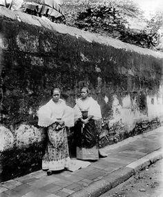 Filipino maidens, Cavite, Philippines, 1899   This picture i…   Flickr Philippines Fashion, Philippines Culture, Filipiniana Dress, Philippine Women, Filipino Culture, Historical Pictures, Pinoy, Pictures To Paint, Vintage Pictures
