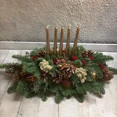 Long and low table centre in bronze and red, with 5 bronze candles and white moss. Christmas Flowers, Christmas Wreaths, Christmas Arrangements, Table Centers, Low Tables, Centre, Bouquet, Bronze, Candles