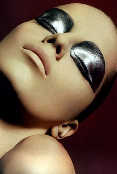 Whether you like your eye makeup tame or prefer going over-the-top, these metallic eyeshadow looks are worth trying. Silver Eye Makeup, Metallic Makeup, Silver Eyeshadow, Cream Eyeshadow, Make Up Looks, Mirror Effect Nails, Makeup Inspo, Makeup Art, Makeup Trends