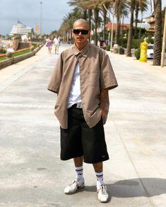 Camisa e bermua overzied - Skinny Freshman New York Men's Street Style, Urban Street Style, Street Styles, Estilo Gangster, Estilo Cholo, Hip Hop Outfits, Dope Outfits, Fashion Outfits, All Black Outfit Men
