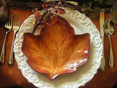 8 Easy Thanksgiving Decoration Ideas - Life and Taste Pale Dogwood, Mabon, Samhain, Fall Table, Thanksgiving Decorations, Thanksgiving Tablescapes, Thanksgiving Plates, Thanksgiving Blessings, Fall Decorations