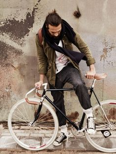 Christian Göran - Cyclist street style, denim jeans with rolled cuff, knit scarf, fixie bike, sneakers. Cycle Chic, Hipster Vintage, Velo Vintage, Vintage Bicycles, Christian Göran, Looks Style, My Style, Simple Style, Look Man