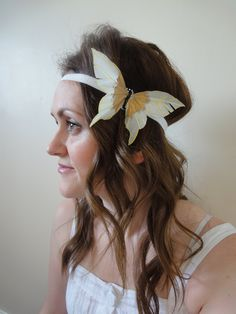 1920s Flapper Style Cream & Gold Feather Buitterfly Elasticated Headband. £7.00, via Etsy.