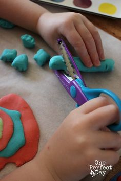 Early development of scissor skills through the use of playdough Toddler Learning, Preschool Learning, Early Learning, In Kindergarten, Fun Learning, Learning Shapes, Teaching, Motor Activities, Sensory Activities