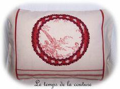 """HOUSSE DE COUSSIN - Tons de rouge sombre et écru - médaillon """"toile de Jouy""""   - FAIT MAIN."""