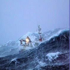 Impressive pictures of a fishing ship caught in the middle of a storm on the Grand Banks of Newfoundland. Impressive pictures of a fishing ship caught in the middle of a storm on the Grand Ocean Fishing Boats, Sea Fishing, Big Waves, Ocean Waves, Stürmische See, Trawler Boats, Fuerza Natural, Rogue Wave, Great Lakes Ships