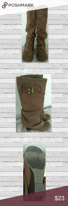 👢 Unionbay Brown Ladies Boots 👢Cute Unionbay Ladies Brown Wedged Boots Gently Loved overall Good Condition Size 7 M Color Brown  With Gold Buckle  🛍 Bundale 3 items & Save 15% 💥 Make an Reasonable Offer  Have any questions feel free to ask before purchasing. Ships Same Next/Day Mon-Fri No Trades UNIONBAY Shoes Heeled Boots