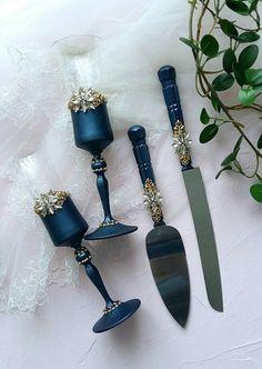 Black Wedding Themes, Gold Wedding, Toasting Flutes, Champagne Flutes, Navy Blue Decor, Wedding Cake Server, Cake Knife, Wedding Glasses, Wine Bottles