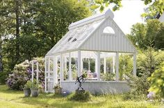 Beautiful greenhouse! I would love to build this for the backyard.