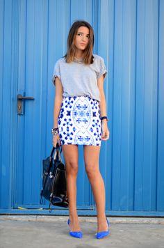 Me encanta la combinacion de prendas como esta falda ajustada con estampado junto con camisetas mas anchas.