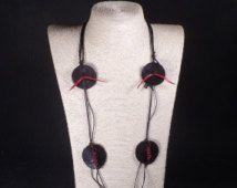 Collana lunga NERA con pelle naturale e pendente in ceramica rosso