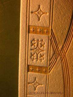 Particolare della pelle incisa a secco.  #legatoria #legatoriaviali #viterbo #rilegature #bookbinding #bookbinder #rilegatura #artesan #artigianato #artigiano #italie #italia #rilegare #libri #books #artigianatoartistico #rilegatore #igersitalia #igersviterbo #tuscia #montaigne #saggi #libro #incisione #punzoni #fattoamano #handmade