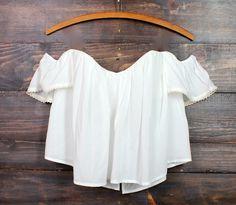 La blusa es blanca. Yo quiero que esta blusa.
