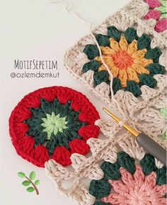 Discover recipes, home ideas, style inspiration and other ideas to try. Granny Square Crochet Pattern, Crochet Flower Patterns, Afghan Crochet Patterns, Crochet Squares, Crochet Motif, Crochet Flowers, Crochet Stitches, Knitting Patterns, Crochet Cushion Cover