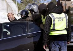 La Guardia Civil custodia a un detenido en una operación en febrero.