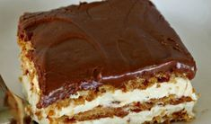 "Prajitura ""Vis"" este un desert delicios! Se face foarte repede si nu necesita coacere.  Ingrediente  1 pachet de biscuiti graham (45o grame)  crema de vanilie (200 de grame)  1 litru lapte  220 grame frisca  Poti folosi crema de vanilie la plic sau o poti prepara acasa, dar in acest caz Cookie Desserts, No Bake Desserts, Delicious Desserts, Dessert Recipes, Yummy Food, No Bake Eclair Cake, Hungarian Recipes, No Bake Pies, Sweet Tarts"
