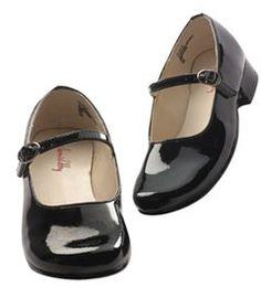 Zwarte lakschoenen met witte ajourkniekousen of -sokjes. Deze schoenen droeg je alleen op zondag.