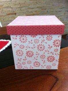 Caixa com estêncil floral