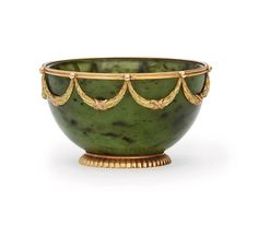 a_two-colour_gold-mounted_nephrite_bowl_by_faberge_with_the_workmaster_d5321927g.jpg (1024×899)