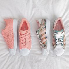 Wheretoget - Pastel pink Adidas Superstar sneakers and pastel print Adidas Superstar sneakers: Cute Shoes, Women's Shoes, Me Too Shoes, Shoe Boots, Shoes Sneakers, Black Shoes, Sneakers Style, Shoes Style, Louboutin Shoes