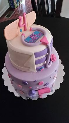 Doc McStuffins cake! How cute is that? -Queen's Cake Creations