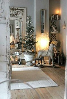Chic Shabby and French Christmas – Top Trend – Decor – Life Style French Country Christmas, Shabby Chic Christmas, Rustic Christmas, Vintage Christmas, Traditional Christmas Decor, French Christmas Traditions, Country Christmas Trees, Christmas Mantles, Christmas Villages