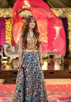 Apart from the frills right at the bottom, lengha/bridal outfit is really stunning Bridal Mehndi Dresses, Pakistani Bridal Wear, Pakistani Wedding Dresses, Pakistani Outfits, Indian Dresses, Indian Outfits, Mehndi Outfit, Pakistan Fashion, Desi Clothes