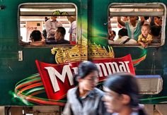 """""""Mi piace"""": 605, commenti: 4 - New Yorker Photo (@newyorkerphoto) su Instagram: """"Photo by @edkashi/@viiphoto Commuters in #yangon scurry on and off a late afternoon train in…"""""""