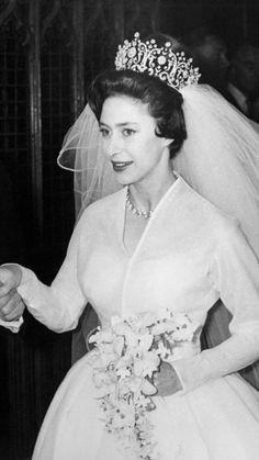 Princess Margaret wearing the Poltimore Tiara on her wedding day. That's a SERIOUS tiara! Margaret Rose, Royal Crowns, Royal Tiaras, Royal Brides, Royal Weddings, Princess Margaret Wedding, Poltimore Tiara, Windsor, Elisabeth Ii