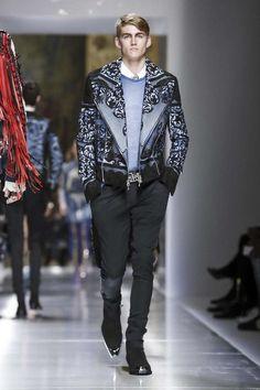 Balmain Menswear Spring Summer 2018 Collection in Paris Live Fashion, Fashion Wear, Urban Fashion, Mens Fashion, Paris Fashion, Men's Spring Summer Fashion, Spring Summer 2018, Male Fashion Trends, Summer Fashion Trends