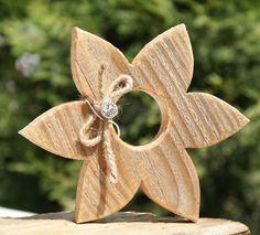 Sie erwerben 1 Holzblume aus Holz im Landhaustil. Höhe 17 x 17 cm Breite cm Dicke 2,3 cm Bitte beachten, dass dies ein Beispielfoto ist, jedes Herz wird mit Liebe und in Handarbeit ausgesägt... #woodcrafts #woodcraftprojects