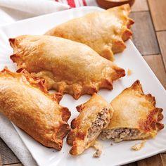 Ils sont délicieux et simples à faire… et leur pâte croustillante est tellement réconfortante! Canadian Cuisine, Canadian Food, Ground Beef Recipes, Pork Recipes, Cooking Recipes, Confort Food, Food 101, How To Cook Beef, Buffet