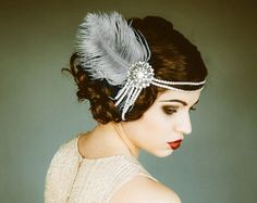 501b867fd1ac Pearls and feather with brooch Vintage Frisyrer, Headband Frisyrer,  Bröllopsfrisyrer, 1920s, Burlesque
