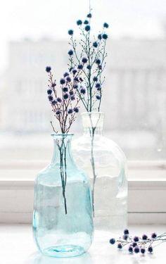 Simple arrangement of flowers in a vase Bottle Vase, Bottles And Jars, Glass Bottles, Deco Floral, Arte Floral, Ikebana, Vase Transparent, Grand Vase En Verre, Grands Vases