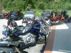 Albergue Juvenil Bustiello: Aparcamiento lleno de motos