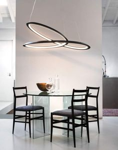 Pendant lamp in epoxy-coated aluminum, in matt white or black. Available in uplight and downlight versions for widespread and comfortable lighting. The endless line is made through a 3-dimensional deformation process of extruded aluminum, designed using the mathematics of Moebius ribbons.
