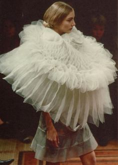 Comme des Garçons by Junya Watanabe Fashion Show, Fall/Winter 2000 tag: Rei Kawakubo Rei Kawakubo, Fashion Art, Fashion Show, Vintage Fashion, Catwalk Fashion, Ruff Collar, The New Classic, Modern Classic, Off White Dresses