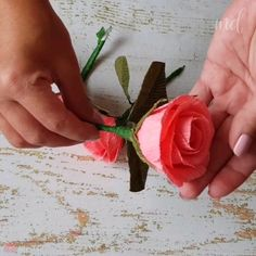 Paper Flowers Craft, Flower Crafts, Diy Flowers, Paper Crafts, Diy Gifts For Mom, Diy Crafts For Gifts, Yarn Crafts For Kids, Paper Flower Tutorial, Fabric Roses Diy
