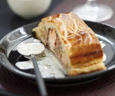 Cette recette facile à faire assaisonne le saumon grâce à des épices de Noël et ajoute de la pâte feuilletée pour la gourmandise.