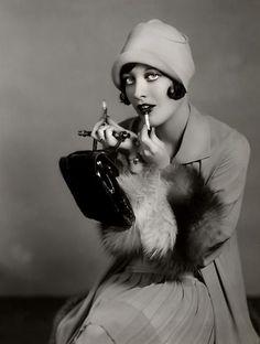 joan crawford fashion 1920s | Joan Crawford perfects her lipstick
