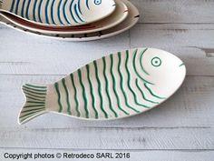 Coup de coeur pour ce plat poisson Quiberon en céramique blanche avec ses écailles embossées couleur verte de chez Chehoma. Il sera idéal à l'heure de l'apéritif pour présenter tapas, crevettes, etc... Pour une table haute en couleur ambiance déco bord de mer. Une création Chehoma. A associer avec des plats du même modèle dans différentes tailles et différentes couleurs.