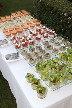 Buffet salado. Click here to order the cups. Comes with FREE lids and spoons. http://www.lagunawholesale.com/category.jhtm?cid=311trackcode=Dessert-Cups-pint Wedding Catering, Mini Foods, Finger Foods, Canapes, Catering Display, Catering Buffet, Catering Ideas, Buffet Wedding, Wedding Reception