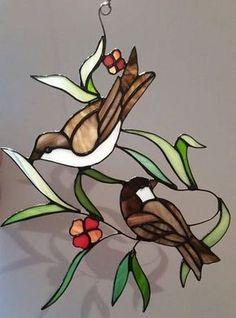 Stained glass suncatcher // glass window decoration of sparrows // stained glass birds // birds in glass // stainedglassart.nl Tiffany Glasmalerei Suncatcher Glasfensterdekoration von a Stained Glass Ornaments, Stained Glass Birds, Stained Glass Suncatchers, Faux Stained Glass, Stained Glass Designs, Stained Glass Panels, Stained Glass Projects, Stained Glass Patterns, Vogel Illustration