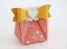 Hallo Ihr Lieben,  hier kommt die Anleitung für die kleine Origami Tüte, die ich Euch bei unserem Team Blog Hop gezeigt habe. Aus einem großen Bogen Designerpapier 12″ x 12″ (30,5 cm x 30,5 cm), bekom