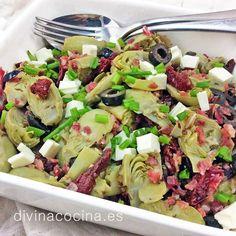 Esta ensalada de alcachofas mediterránea siempre es un éxito. Es un plato completo con mucho sabor y color.