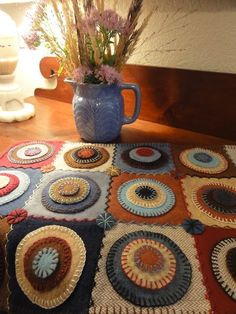 Salmagundi: PENNY RUGS - She put the pennies onto squares - nice Penny Rug Patterns, Wool Applique Patterns, Felt Applique, Print Patterns, Penny Rugs, Felted Wool Crafts, Felt Crafts, Diy Crafts, Wool Quilts