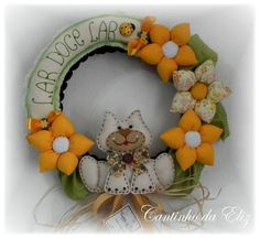 Guirlanda com gatinho no centro e flores de fuxico mista amarela. R$78,00