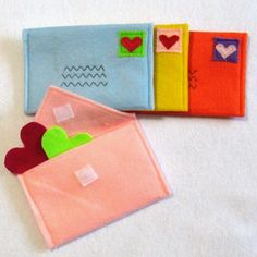 Felt Envelopes for Pretend Play - This would be cute to place the kids Valentines in.