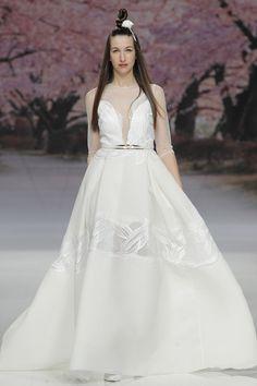 Fashion Friday: Inmaculada García Spring 2017 | Oriental | Flirty | Frothy | Lace | Refined | Flowy | Topknots | http://brideandbreakfast.hk/2016/06/24/inmaculada-garcia-spring-2017/